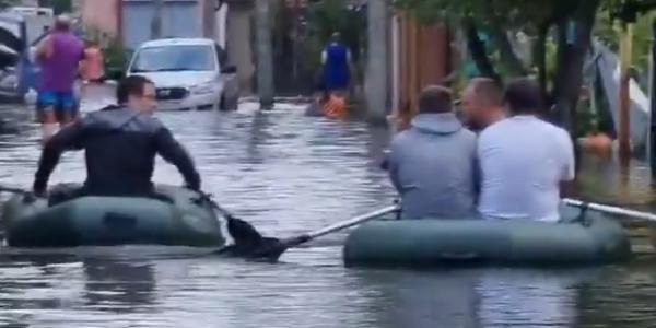 Жители Анапы вышли «на прогулку» по улицам курорта на лодках