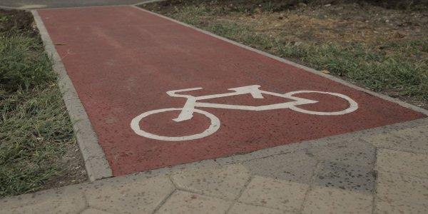 На ул. Северной сделали первую в Краснодаре выделенную велодорожку со светофором