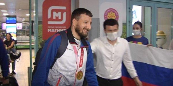 Как в аэропорту Краснодара встречали паралимпийского чемпиона Артура Юсупова