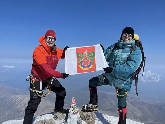 Альпинисты развернули на вершине Эльбруса герб сочинского парка «Ривьера»