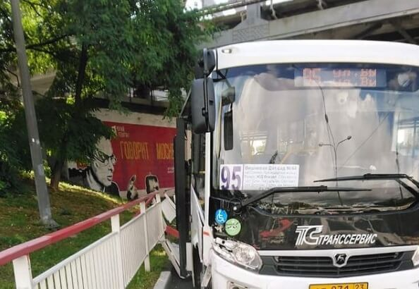 В Сочи пассажирский автобус врезался в забор