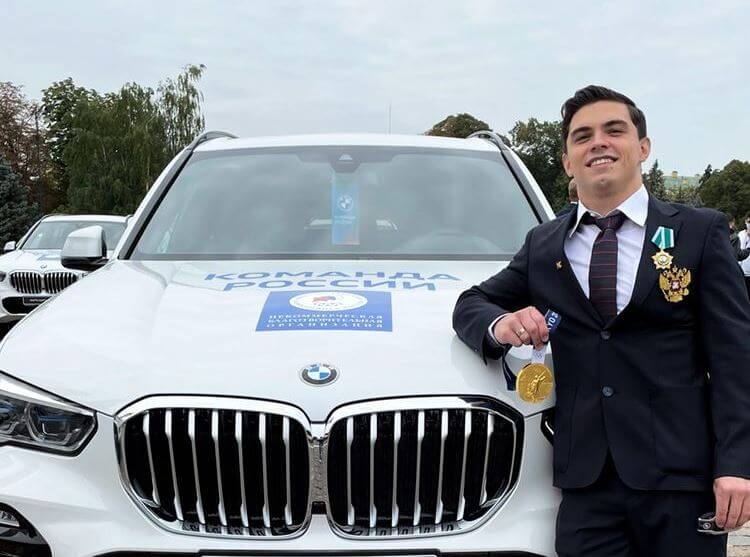 Российские олимпийские чемпионы и призеры получили новые автомобили BMW