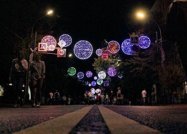 В Краснодаре на улице Красной включили вечернюю иллюминацию