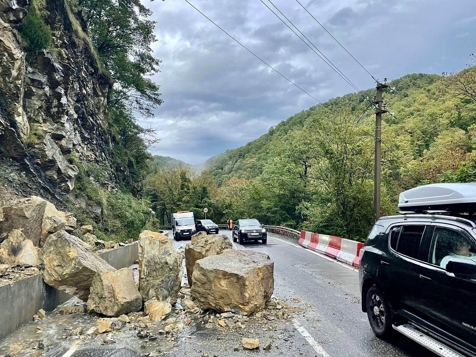 В Сочи огромные камни обрушились на трассу, частично перегородив проезжую часть