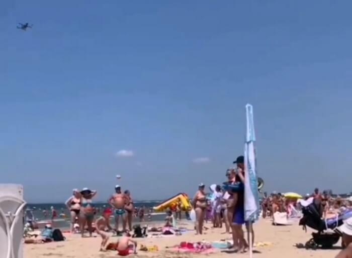 Дрон «прогнал» с пляжа Анапы нелегального торговца чурчхелой. Видео