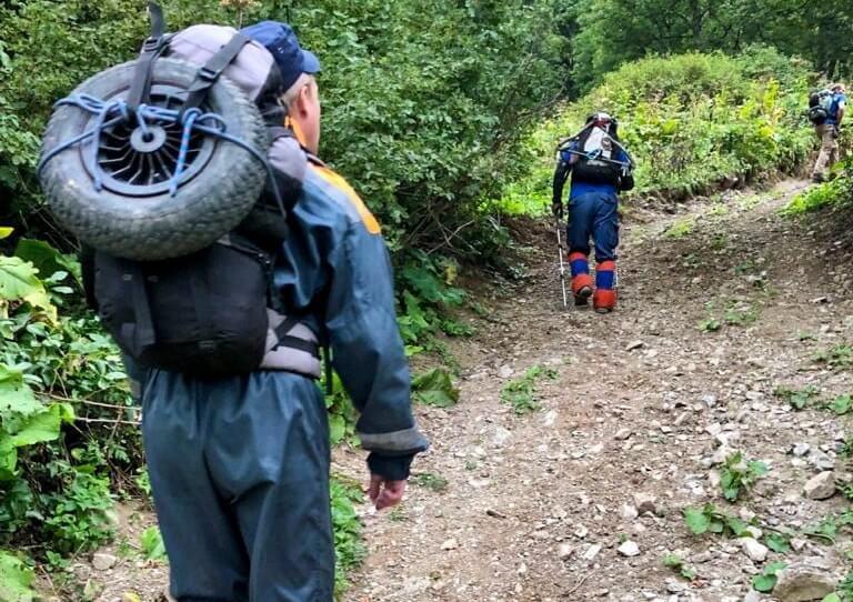 В Сочи спасатели на вертолете эвакуировали туриста, который упал со склона горы