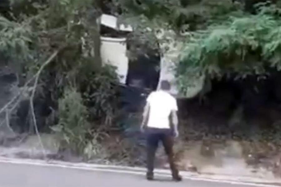 В Туапсинском районе иномарка вылетела с дороги и повисла на дереве