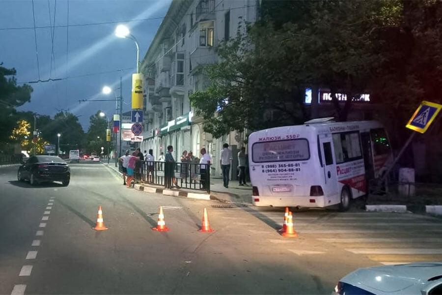 В Новороссийске в ДТП попала маршрутка с 14 пассажирами