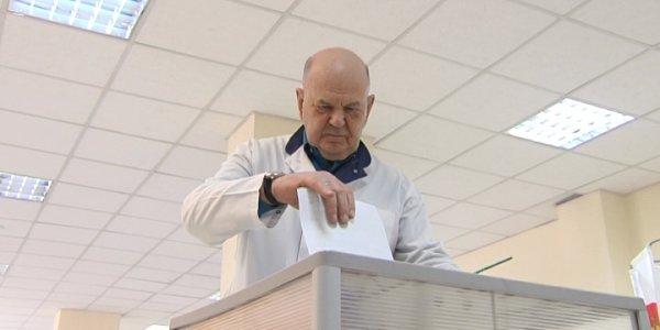 Главврач ККБ № 1 Владимир Порханов проголосовал в стенах больницы
