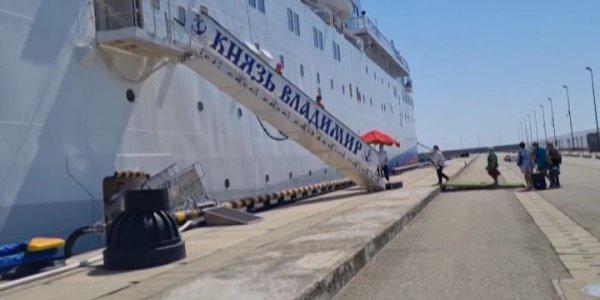 В Сочи сотни людей остаются на борту проблемного лайнера «Князь Владимир»