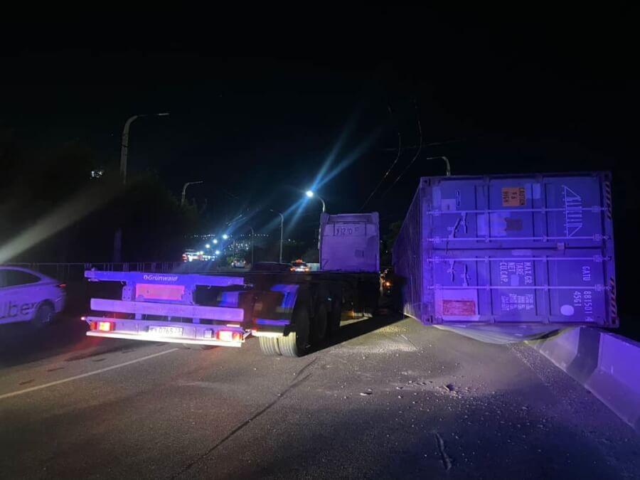 В Новороссийске на дорогу упал многотонный контейнер