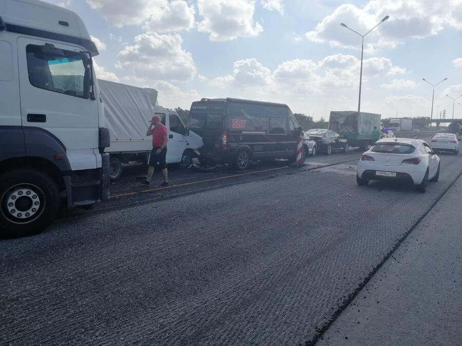В Краснодарском крае на трассе столкнулись шесть машин