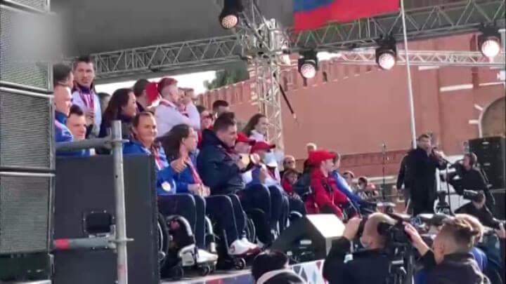 В честь вернувшихся паралимпийцев в центре Москвы исполнили гимн и подняли флаг