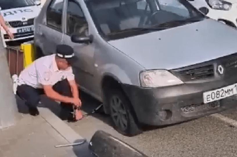 В Новороссийске полицейские помогли женщине с детьми, которая пробила колесо