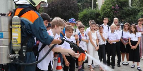 В Сочи спасатели провели для школьников урок безопасности