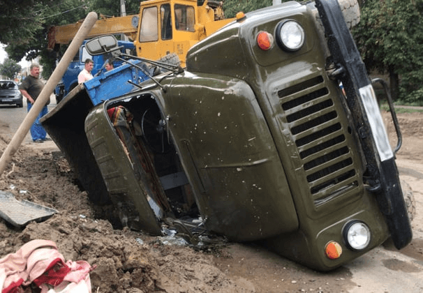 В Усть-Лабинске грузовик провалился под размытый дождями асфальт