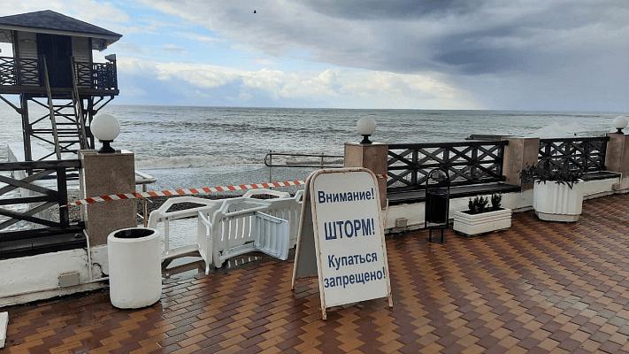 Пляжи Сочи закрыты из-за шторма на море