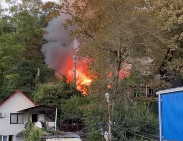 В Сочи потушили пожар в бараке на Барановском шоссе