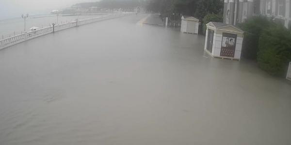 В Геленджике из-за ливня затопило центральную набережную