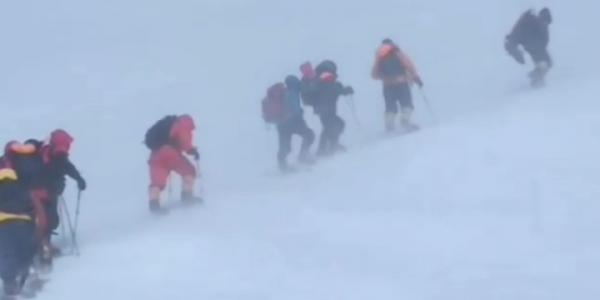 Спасателям удалось забрать тела трех погибших туристов на Эльбрусе