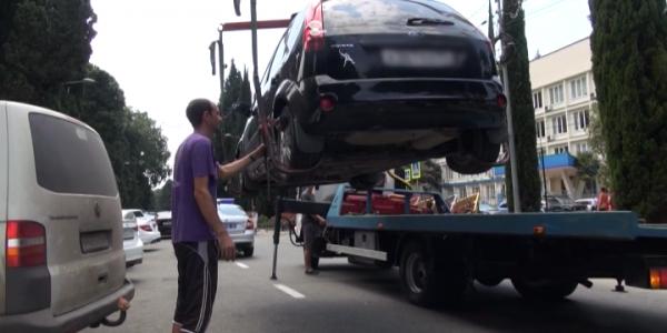 Центр Сочи начали расчищать от автомобилей эвакуаторами