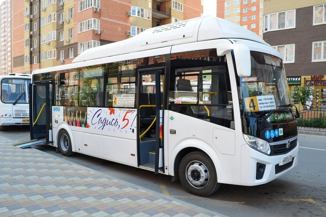 Школьники Краснодара могут бесплатно ездить на 7 автобусных маршрутах за «5»