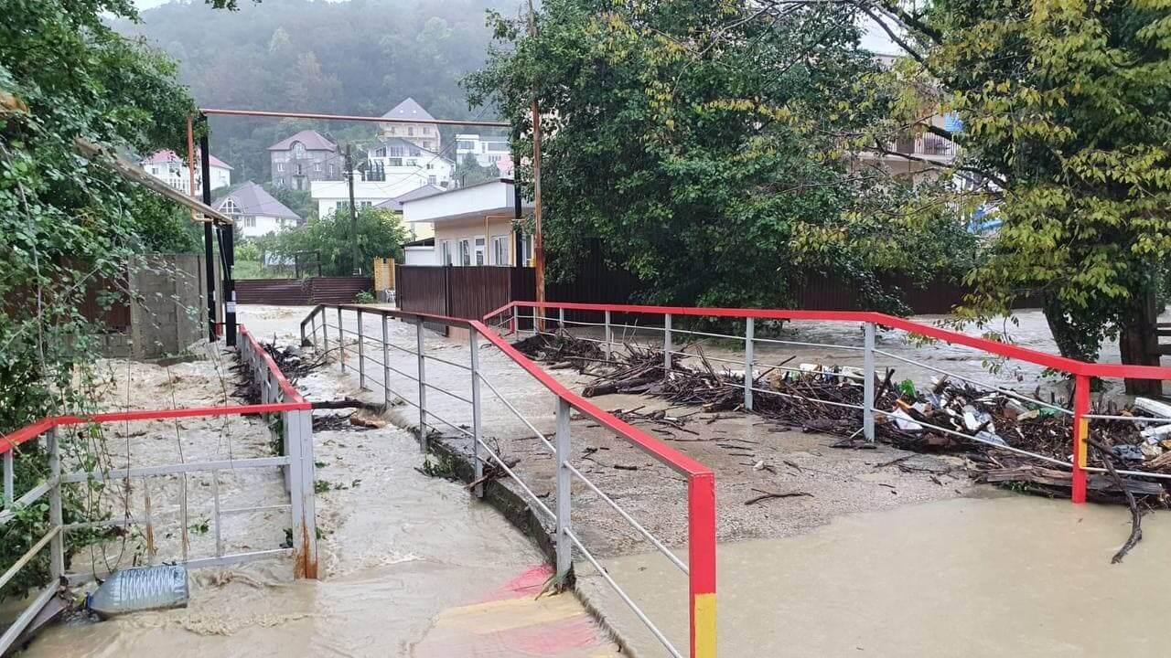 В Сочи из-за дождя поднялся уровень воды в реках Буу и Лоо