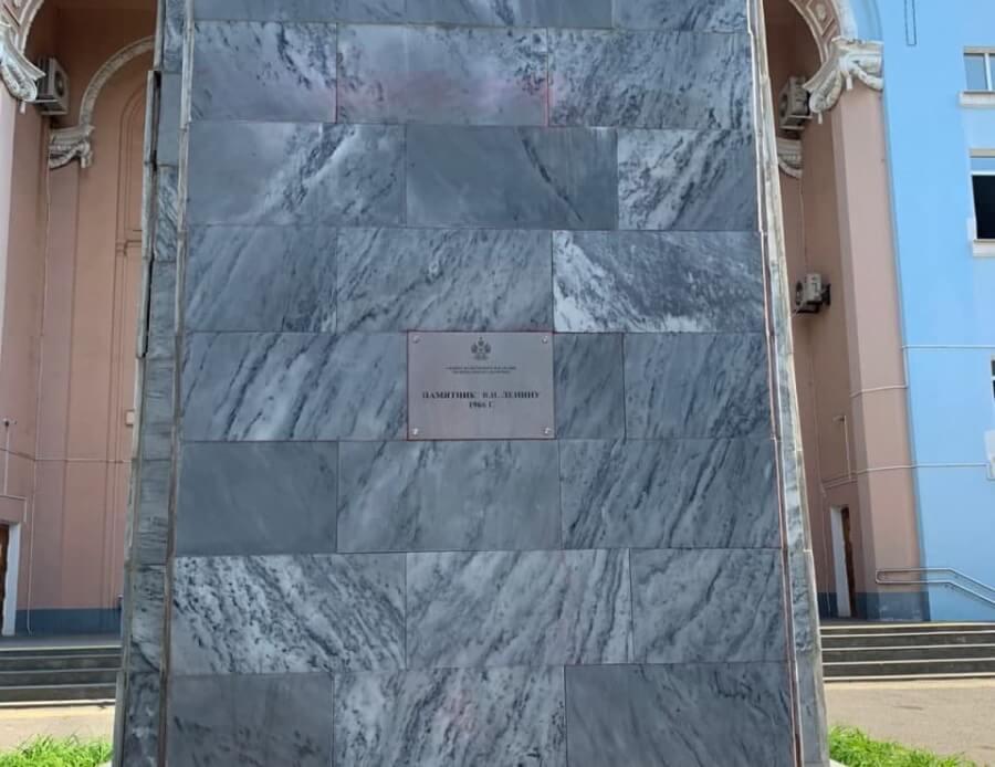 В Краснодаре неизвестные облили красной краской постамент памятника Ленину