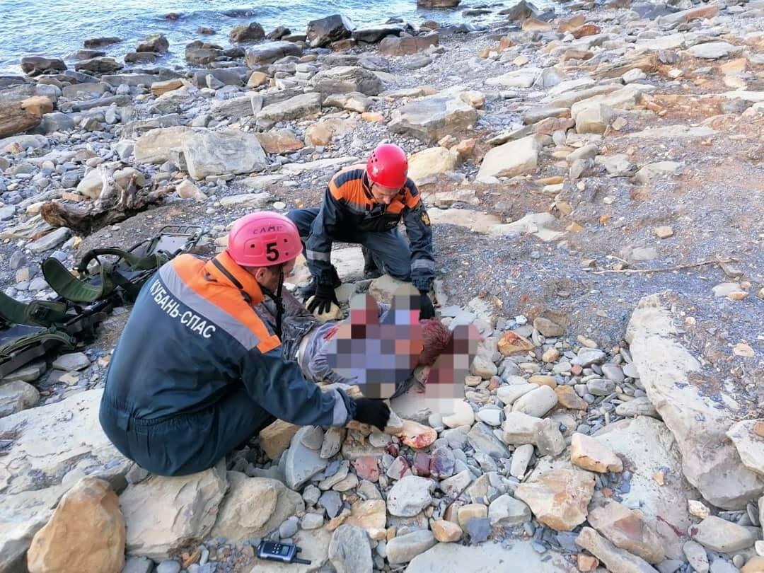 В Анапе мужчина сорвался со скалы и упал на камни около скалы Лысой