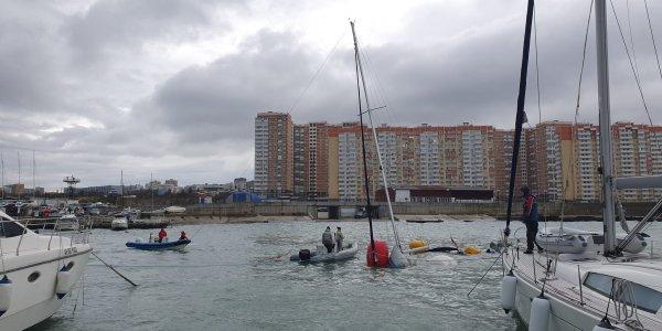 В Новороссийске подняли со дна затонувшую по время шторма яхту. Видео