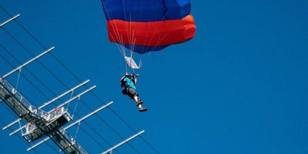 В Сочи 28 парашютистов одновременно прыгнули с моста и установили мировой рекорд