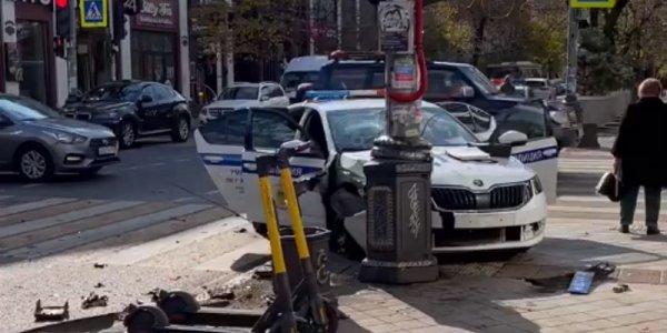 Служебный автомобиль ДПС попал в аварию в центре Краснодара