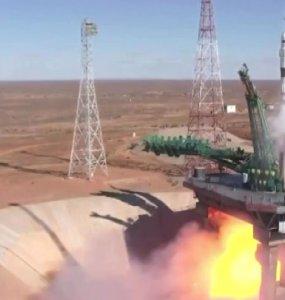 Первый в мире киноэкипаж стартовал в космос на ракете «Союз»