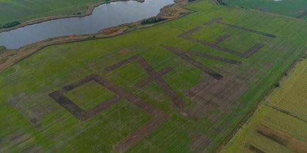В Абинском районе на поле вспахали километровую надпись ко Дню муниципалитета