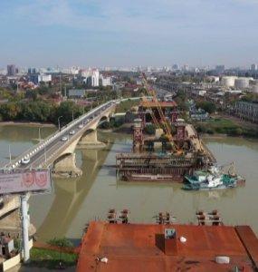 Строительство Яблоновского моста: рабочие возводят седьмую опору в русле Кубани