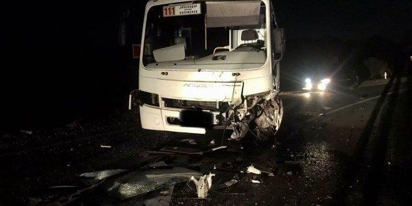 На Кубани легковушка выехала на встречную полосу и врезалась в автобус ПАЗ
