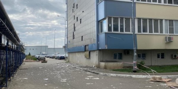 В краснодарском ЖК «Оникс» ветер сорвал баннер, в доме посыпалась облицовка