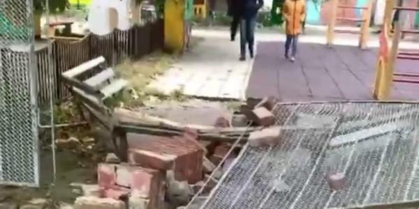 В Краснодаре сильный ветер обрушил часть забора в детском саду