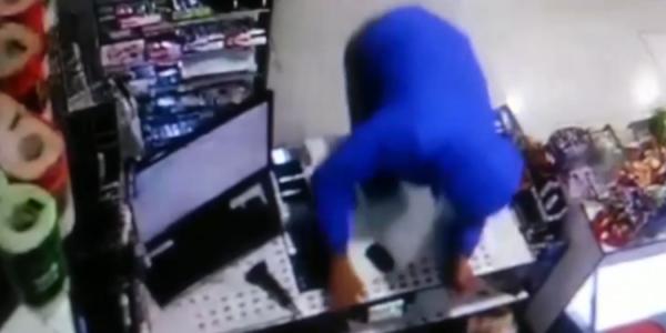 В Новороссийске мужчина напал на продавщицу и забрал из кассы 5 тыс. рублей
