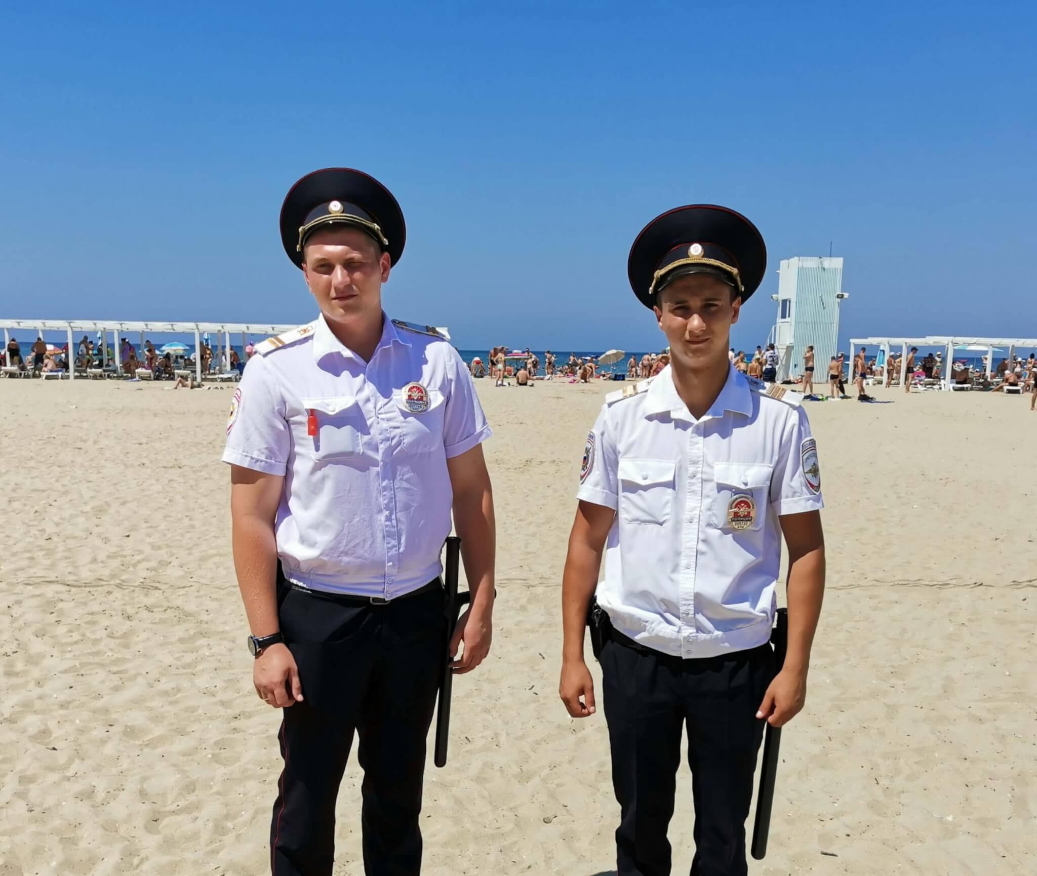 Сотрудники патрульно-постовой службы полиции спасли утопающего в море в Анапе