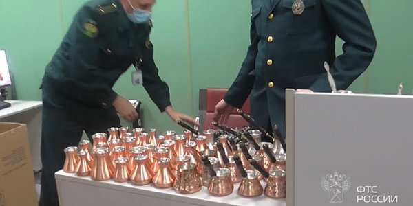 В аэропорту Краснодара таможенники пресекли контрабанду 20 кг турок и платков