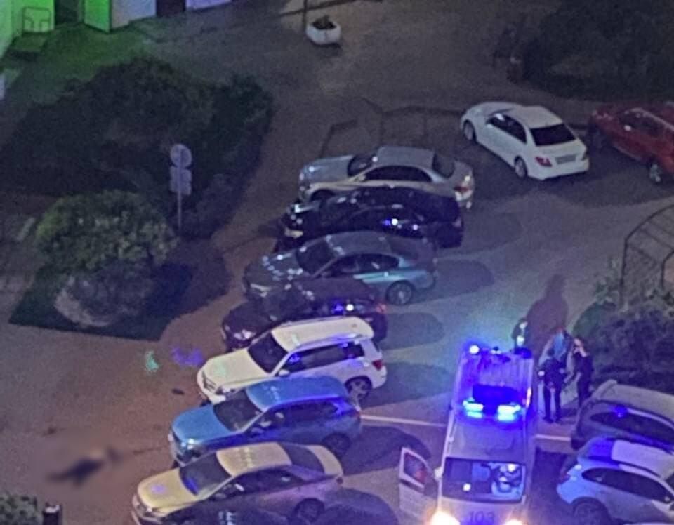 В Краснодаре из многоэтажки на Фестивальном выпал парень, он погиб