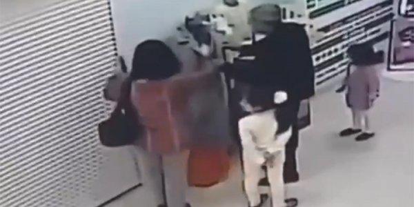 На Кубани беременная женщина с детьми и мужчиной украла пальто